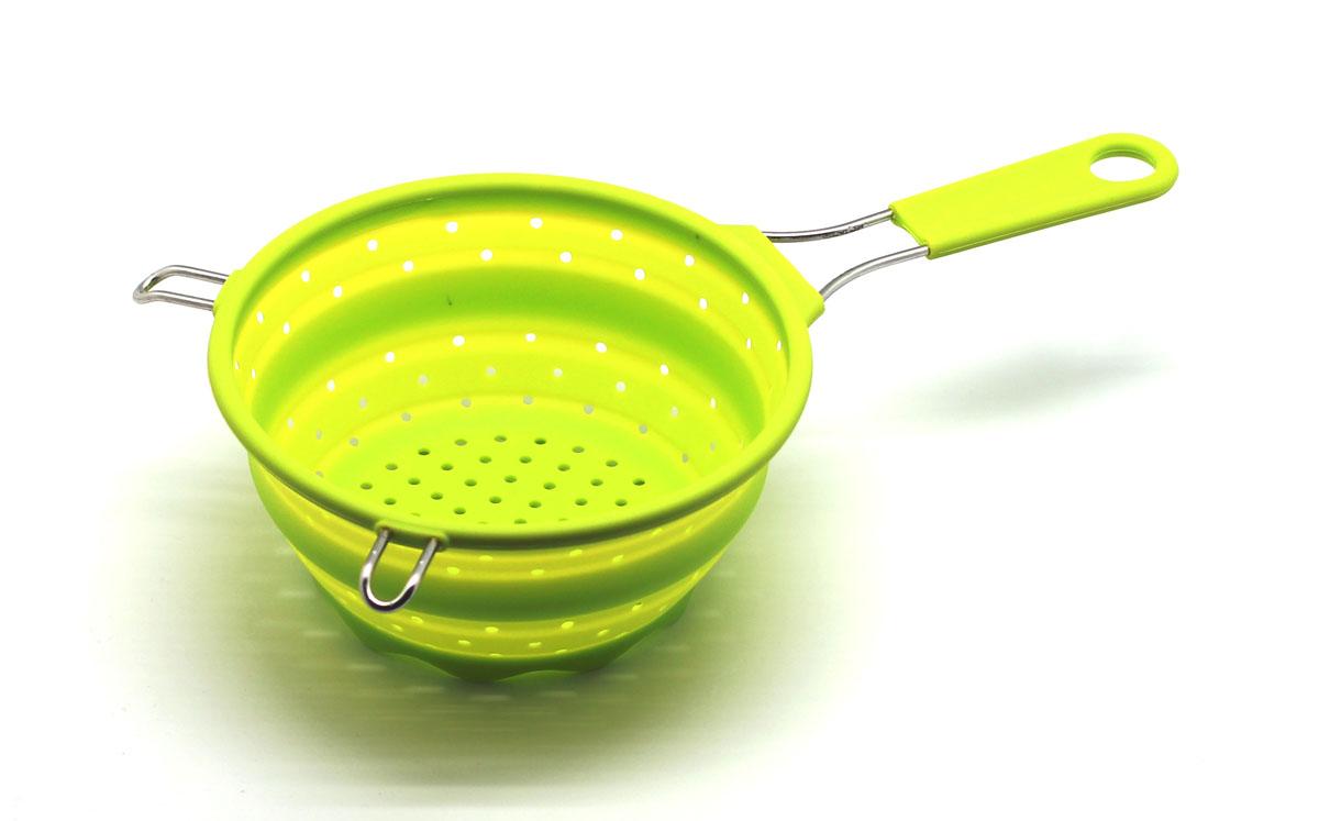 Сито складное Atlantis, цвет: салатовый, диаметр 17,5 см115510Складное сито Atlantis  станет полезным приобретением для вашей кухни. Оно изготовлено из высококачественного пищевого силикона и металла. Сито оснащено удобной эргономичной ручкой со специальным отверстием для подвешивания. Благодаря гибкости и антипригарным свойствам, ваша выпечка никогда не потеряет свой внешний вид. Сито компактно складывается, что делает его удобным для хранения.Подходит для микроволновой печи и посудомоечной машины.Диаметр (по верхнему краю): 17,5 см.Максимальная высота: 8,5 см.Минимальная высота: 3 см.