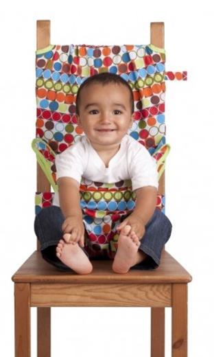"""Дорожный детский стульчик """"Totseat"""" - незаменимая вещь в дороге или в гостях, если вы решили покормить малыша, а под рукой нет детского стульчика. Его очень легко использовать - накиньте на стул, отрегулируйте длину и защелкните. Это компактный стульчик для кормления, предназначенный для детей от 6 до 30 месяцев, подходит для любого обычного стула со спинкой и легко поместиться в женскую сумочку. """"Totseat"""" - это отличный подарок и полезный аксессуар в поездке. Вы можете взять его на пикник и посадить кроху отдыхать в шезлонге. А дополнительная упаковочная сумочка на молнии отлично подойдет для мокрого слюнявчика! В комплект входит мешочек для хранения."""