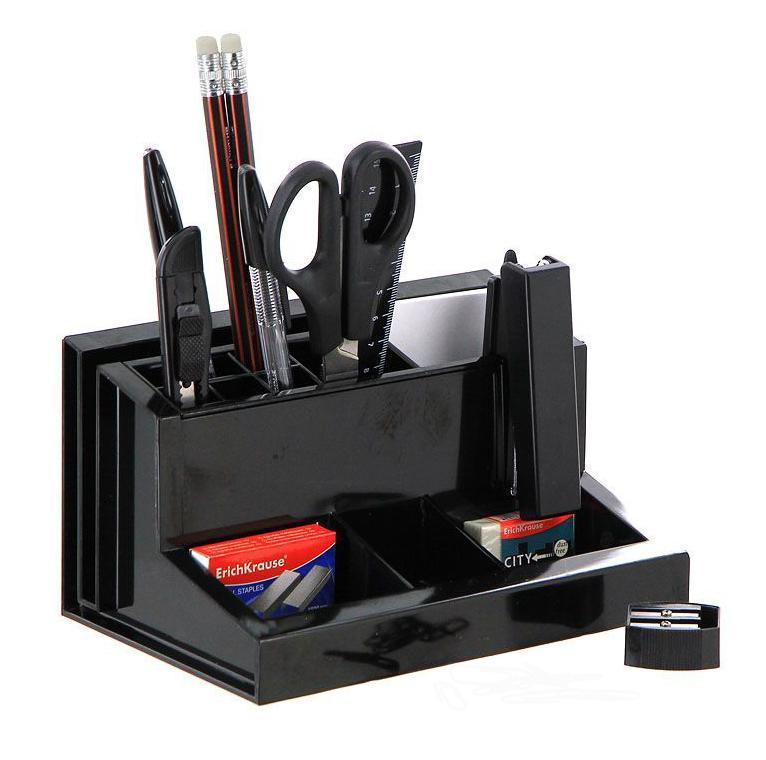 Настольный набор Erich Krause Лидер - незаменимый инструмент повседневной офисной работы. Набор содержит подставку, устойчивая и вместительная конструкция которой обеспечивает великолепную организацию рабочего стола, а также оптимальный комплект самых необходимых канцелярских принадлежностей, а именно: ножницы с ударопрочной пластиковой ручкой, блок бумаги для заметок, 2 чернографитных карандаша с ластиками, двойная точилка для карандашей, линейка на 15 см, степлер, 2 шариковых ручки, ластик, 30 металлических скрепок с покрытием, канцелярский ножик, скобы для степлера (No10). Отточенный дизайн и высокое качество выделяют набор Erich Krause Лидер из ряда подобных. Характеристики:  Материал: пластик, металл, бумага, грифель, резина. Размер подставки: 18 см x 12 см x 10 см. Длина ножниц: 16,5 см. Длина канцелярского ножика: 13 см. Длина карандаша: 19 см. Длина ручки: 15,5 см. Размер степлера: 9 см x 4 см x 2 см. Размер точилки: 3 см x 3 см x 1,5 см. Размер ластика: 4 см x 2 см x 1 см. Длина линейки: 16 см. Размер блока бумаги для заметок: 9,5 см x 5,5 см x 0,5 см. Размер упаковки: 19 см x 11 см x 12,5 см. Изготовитель: Россия. Бренд Erich Krause - это полный ассортимент канцтоваров для офиса и школы, который гарантирует безукоризненное исполнение разных задач в процессе работы или учебы, органично и естественно сопровождает вас день за днем. Для миллионов покупателей во всем мире продукция Erich Krause стала верным и надежным союзником в реализации любых проектов и самых амбициозных планов. Высококвалифицированные специалисты Erich Krause прилагают все свои усилия, что бы каждый продукт компании прослужил максимально долго и неизменно радовал покупателей удобством и легкостью использования, надежностью в эксплуатации и прекрасным дизайном.