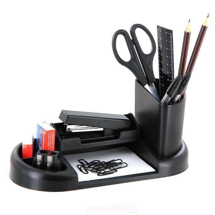 Набор настольный Erich Krause Гармония, цвет: черный, 15 предметов98Настольный набор Erich Krause Гармония - незаменимый атрибут рабочего стола. Набор содержит черную пластиковую подставку со съемной карандашницей и отделением для степлера и оптимальный набор необходимых канцелярских принадлежностей: ножницы, блок бумаги для заметок, 2 чернографитных карандаша с ластиками, двойная точилка для карандашей, линейка на 15 см, степлер, 2 шариковые ручки, ластик, набор из 30 металлических скрепок с покрытием, скобы для степлера (No10). Отточенный дизайн и высокое качество выделяют набор Erich Krause Гармония из ряда подобных. Характеристики:Материал: пластик, металл, бумага, грифель, резина. Размер подставки: 22 см x 10 см x 3 см. Размер карандашницы: 7,5 см x 4 см x 9 см. Длина ножниц: 16,5 см. Длина карандаша: 19 см. Длина ручки: 15,5 см. Размер степлера: 9 см x 4 см x 2 см. Размер точилки: 3 см x 3 см x 1,5 см. Размер ластика: 4 см x 2 см x 1 см. Общая длина линейки: 16 см. Размер блока бумаги для заметок: 8,5 см x 10 см x 0,5 см. Размер упаковки: 23 см x 11 см x 6,5 см. Изготовитель: Россия. Бренд Erich Krause - это полный ассортимент канцтоваров для офиса и школы, который гарантирует безукоризненное исполнение разных задач в процессе работы или учебы, органично и естественно сопровождает вас день за днем. Для миллионов покупателей во всем мире продукция Erich Krause стала верным и надежным союзником в реализации любых проектов и самых амбициозных планов. Высококвалифицированные специалисты Erich Krause прилагают все свои усилия, что бы каждый продукт компании прослужил максимально долго и неизменно радовал покупателей удобством и легкостью использования, надежностью в эксплуатации и прекрасным дизайном.