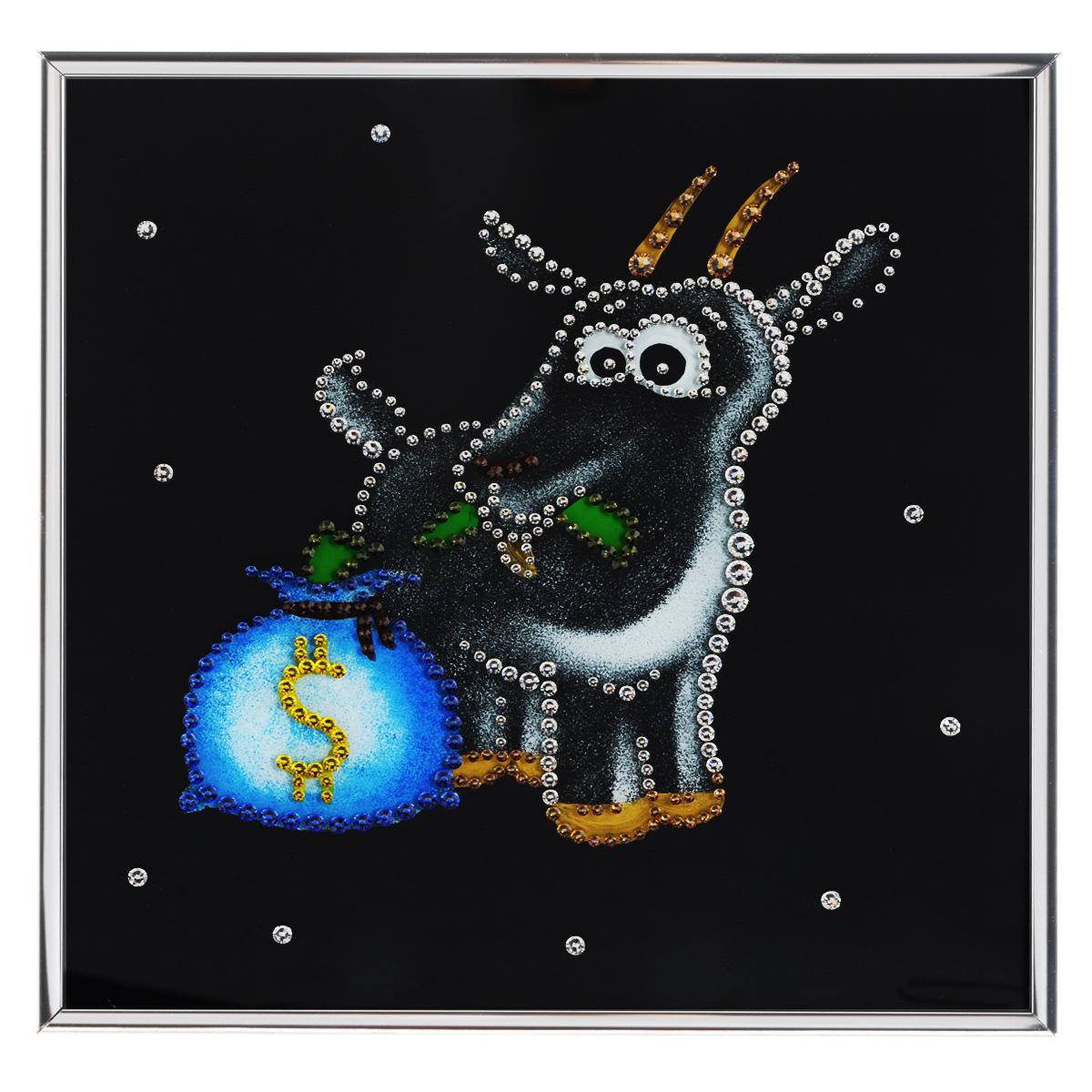 Картина с кристаллами Swarovski Новогодний сюрприз, 25 см х 25 см1200Изящная картина в металлической раме, инкрустирована кристаллами Swarovski, которые отличаются четкой и ровной огранкой, ярким блеском и чистотой цвета. Красочное изображение овечки с мешком денег, расположенное под стеклом, прекрасно дополняет блеск кристаллов. С обратной стороны имеется металлическая петелька для размещения картины на стене. Картина с кристаллами Swarovski Новогодний сюрприз элегантно украсит интерьер дома или офиса, а также станет прекрасным подарком, который обязательно понравится получателю. Блеск кристаллов в интерьере, что может быть сказочнее и удивительнее. Картина упакована в подарочную картонную коробку синего цвета и комплектуется сертификатом соответствия Swarovski. Количество кристаллов: 382 шт. Размер картины: 25 см х 25 см.