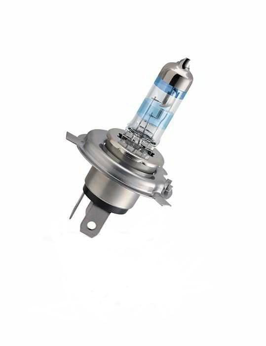 Лампа автомобильная галогенная Philips X-tremeVision, для фар, цоколь H4 (P43t), 12V, 60/55WK100Галогенная лампа для автомобильных фар Philips X-tremeVision произведена из запатентованного кварцевого стекла с УФ фильтром Philips Quartz Glass. Кварцевое стекло Philips в отличие от обычного твердого стекла выдерживает гораздо большее давление смеси газов внутри колбы, что препятствует быстрому испарению вольфрама с нити накаливания. Кварцевое стекло выдерживает большой перепад температур, при попадании влаги на работающую лампу изделие не взрывается и продолжает работать. Автомобильные лампы X-tremeVision - самые яркие галогеновые лампы из всех доступных на рынке. Их яркость на 130% превышает яркость других автомобильных галогеновых ламп, а световой луч на 45 метров длиннее, благодаря чему вы можете видеть дальше, реагировать быстрее и водить безопаснее. Яркий белый свет (3700K) на 20% белее света стандартных ламп головного освещения. Запатентованная технология Philips Gradient Coating™ обеспечивает более мощный световой поток. Максимальная яркость и невероятный комфорт в темное время суток. Автомобильные галогенные лампы Philips удовлетворят все нужды автомобилистов: дальний свет, ближний свет, передние противотуманные фары, передние и боковые указатели поворота, задние указатели поворота, стоп-сигналы, фонари заднего хода, задние противотуманные фонари, освещение номерного знака, задние габаритные/стояночные фонари, освещение салона.