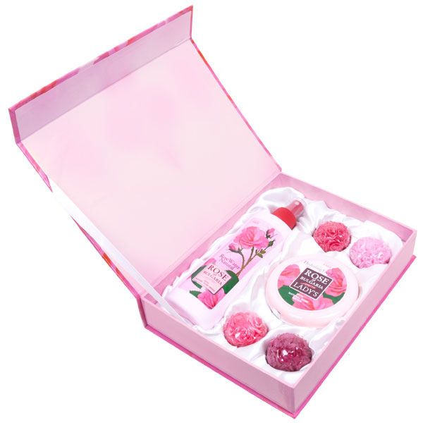 Rose of Bulgaria Подарочный набор № 1: натуральная розовая вода, 230 мл, натуральное мыло ручной работы «Роза», 4*30 г, крем для лица, 100 мл60091Если Вы хотите порадовать любимую женщину изысканным и запоминающимся подарком, а также заботитесь о своем здоровье и здоровье близкого человека, Вам следует обратить внимание на наши подарочные наборы косметики для женщин, специально созданные, чтобы радовать наших покупателей оригинальным дизайном и полезными свойствами продукции «Био Фреш».В состав набора Rose of Bulgaria входит:натуральная розовая вода с пульверизатором 230 мл;•крем для лица Rose of Bulgaria 100 мл;•мыло ручной работы 4Х30 гр.
