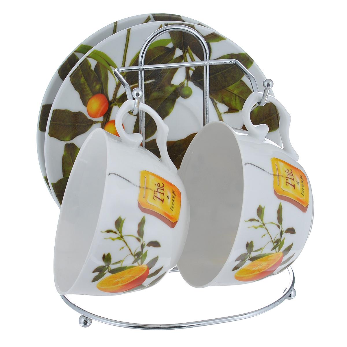 Набор чайный Larange Апельсин, 5 предметов21395599Чайный набор Апельсин состоит из двух чашек и двух блюдец. Предметы набора изготовлены из высококачественного фарфора и оформлены изображением апельсинов. Чашки и блюдца располагаются на удобной металлической подставке. Элегантный дизайн чайного набора придется по вкусу и ценителям классики, и тем, кто предпочитает утонченность и изысканность. Он настроит на позитивный лад и подарит хорошее настроение с самого утра.Не использовать в микроволновой печи. Не применять абразивные чистящие средства. Объем чашки: 250 мл.Диаметр чашки по верхнему краю: 9,5 см.Высота чашки: 6 см.Диаметр блюдца: 14,5 см.Размер подставки: 14 см х 12 см х 16 см.