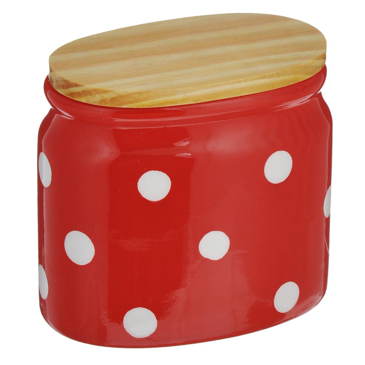 Банка для сыпучих продуктов Lillo, цвет: красный, 430 млDFC03840-02252 5/SБанка для сыпучих продуктов Lillo изготовлена из высококачественной керамики. Банка декорирована принтом в горох и оснащена деревянной крышкой. Изделие предназначено для хранения различных сыпучих продуктов: круп, чая, сахара, орехов и многого другого. Функциональная и вместительная, такая банка станет незаменимым аксессуаром на любой кухне. Можно мыть в посудомоечной машине. Деревянную крышку рекомендуется мыть вручную. Объем: 430 мл.Размер банки (по верхнему краю): 11 см х 6,5 см.Высота банки (без учета крышки): 10 см.