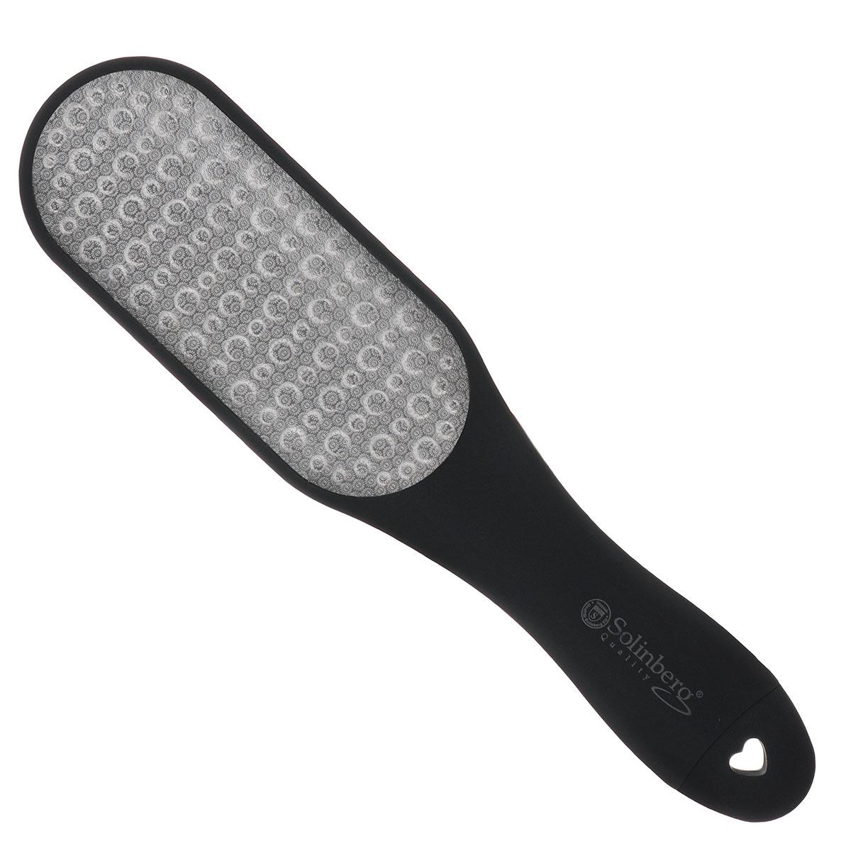 Solinberg Терка для обработки мозолей и огрубевшей кожи ног GD-4240DS, двусторонняяFM 5567 weis-grauДвусторонняя вогнутая терка с лазерными насечками и пилочкой для ногтей предназначена для ухода за огрубевшей кожей ног. Способ применения: распарьте ступни ног и равномерными движениями удалите загрубевшую кожу. Пилочкой в ручке терки, при необходимости, обработайте ногти. После процедуры смажьте ступни смягчающим кремом.Товар сертифицирован.