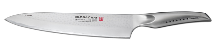 Нож поварской Global Sai, длина лезвия 25 см3151Ножи Global Sai сделаны по тем же строгим стандартам, что и классические линейки Global, однако имеют полностью обновленный эргономичный дизайн ручек, учитывающий положение большого пальца, что позволяет уменьшить усилия при резке. Привлекательная двусторонняя отделка лезвия, выполненная специальным электромолотком, имеет не только декоративную функцию - получившиеся таким образом воздушные карманы, позволяют идеально нарезать продукты, и не допускают прилипания пищи к лезвию.Бренд Global выбор многих поваров со всего мира, ножи этого производителя известны своей универсальностью и исключительной ловкостью.Отличительной чертой японских ножей Global являются их рукоятки и уникальная бесшовная конструкция. Рукоятки и лезвия изготовлены из одного, цельного полотна нержавеющей стали, что делает ножи максимально гигиеничными и прочными. На них не скапливается грязь, и их очень легко мыть. Покрытие рукоятки специальными ямочками-впадинами, обеспечивает удобный и надежный захват.Лезвие изготовлено из специального материала Cromova 18 Sanso, который состоит из трех слоев нержавеющей стали (центрального и двух боковых). Центральный слой режущей поверхности сделан из нержавеющей стали Cromova 18 (хром, молибден, ванадий) с твердостью по шкале Роквелла 58-59 единиц и заточен к острому краю, что дает удивительные результаты при резке. Этот слой заключен между двумя боковыми слоями более мягкой нержавеющей стали SUS 410, что помогает защитить лезвие от скалывания и коррозии. Еще одной важной отличительной характеристикой ножа является его идеальная балансировка. Полая ручка ножа заполнена песком, количество которого точно рассчитано, чтобы обеспечить наиболее оптимальное соотношение веса лезвия и рукоятки. Этот метод позволяет добиться максимально точной балансировки.Не рекомендуется использование в посудомоечной машине.