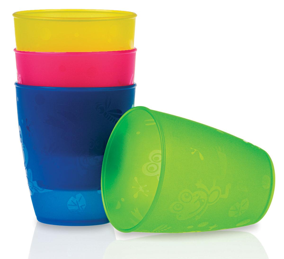 Набор стаканов Nuby, 300 мл, 4 штID65662Набор Nuby включает 4 разноцветных высоких стаканчика, изготовленных из высококачественного пищевого пластика (не содержит бисфенол А). Изделия оформлены изображением лягушат и стрекоз. Нескользящее покрытие придает стаканам большую устойчивость. Такие стаканы помогут малышу перейти к использованию обычной чашки. Для детей с 18-ти месяцев. Разные цвета помогут создать праздник для вашего малыша. Можно использовать во время пикника.Можно мыть в посудомоечной машине и ставить в СВЧ-печь. Объем стакана: 300 мл. Диаметр стакана (по верхнему краю): 8 см. Высота стакана: 9 см.