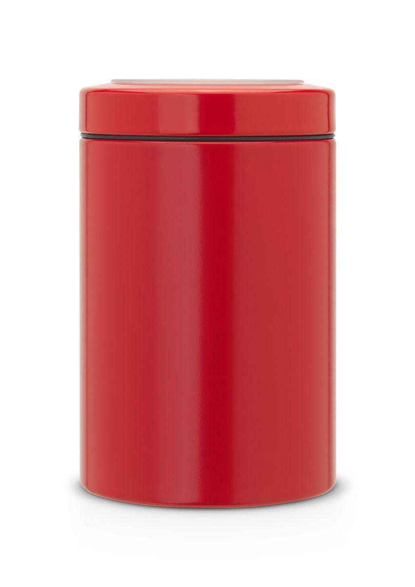 Контейнер Brabantia, цвет: красный, 1,4 л. 484049VT-1520(SR)Контейнер Brabantia с прозрачной крышкой изготовлен из антикоррозийной стали с защитным покрытием. Благодаря антистатической поверхности содержимое контейнера не прилипает к пластиковому окошку. Герметичная крышка не пропускает запахи и позволяет дольше сохранять свежесть и аромат продуктов.Удобный и легкий контейнер позволит вам хранить всевозможные продукты, а благодаря современному дизайну он впишется в любой интерьер. Размер контейнера: 11 см х 11 см х 17 см. Объем контейнера: 1,4 л.