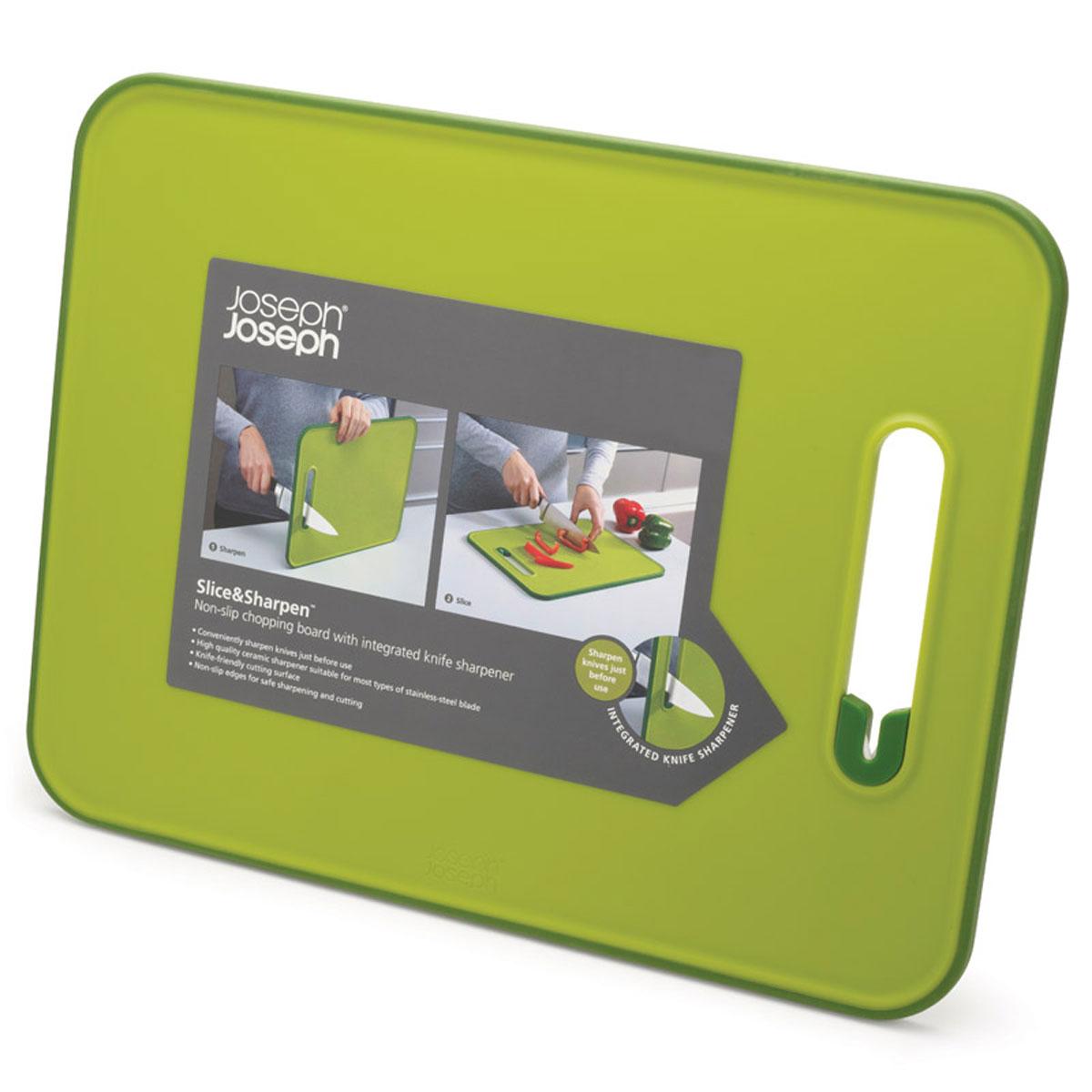 Доска разделочная Joseph Joseph Slice & Sharpen, с ножеточкой, цвет: зеленый, 37 х 28 х 1 см60027Доска разделочная Joseph Joseph Slice & Sharpen изготовлена из полипропилена, который защищает целостность ваших ножей и минимизирует его затупление. Доска оснащена керамической точилкой для лезвия, которая встроена прямо в рабочую поверхность. Для заточки поставьте доску на сухую плоскую поверхность, поместить лезвие ножа в прорезь и проведите несколько раз. Нескользящий прорезиненный край доски обеспечивает устойчивость, как при нарезке продуктов, так и при заточке лезвия. Можно мыть в посудомоечной машине. Размер доски: 37 см х 28 см х 1 см.