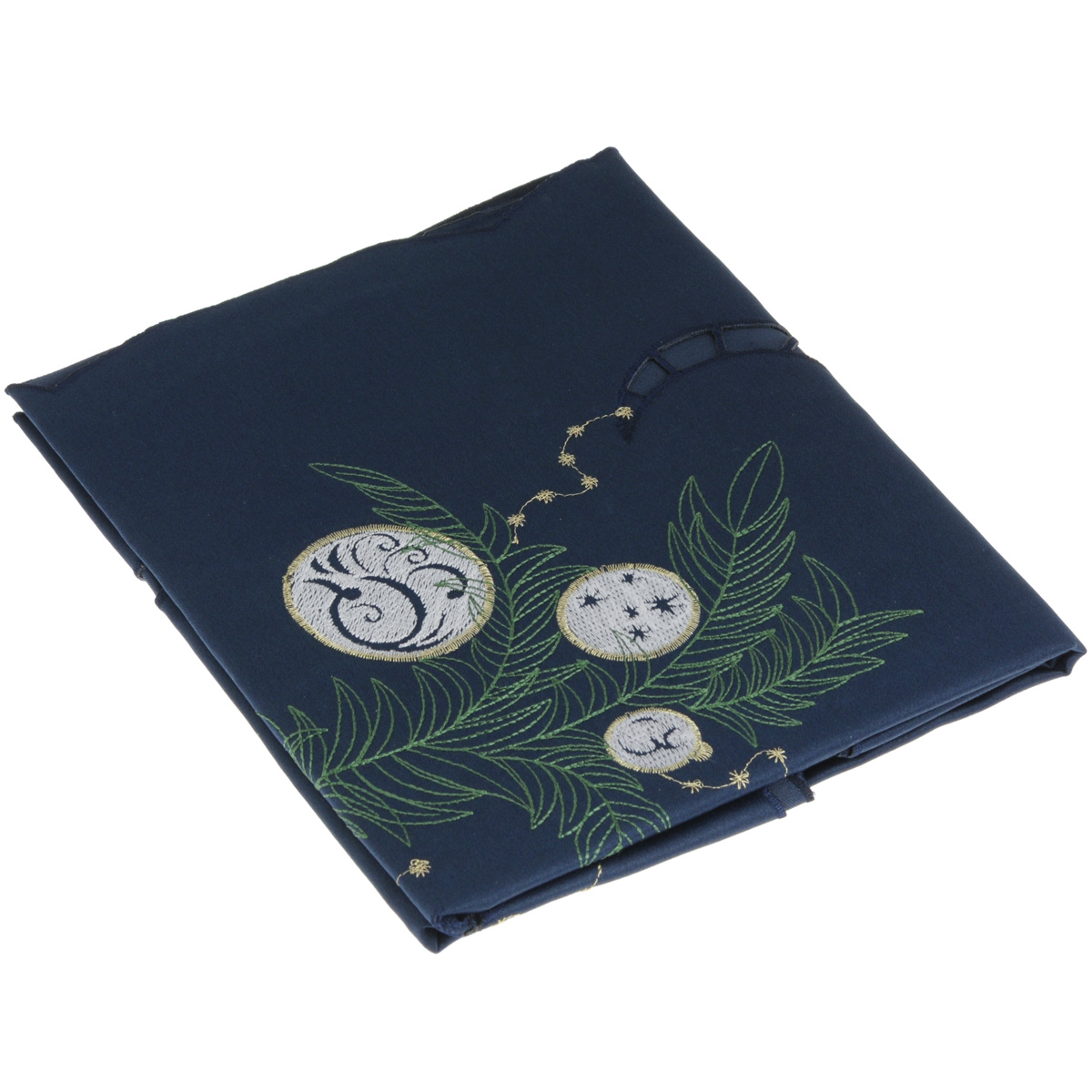 Скатерть Home Queen Шарики, квадратная, цвет: синий, 85x 85 смVT-1520(SR)Новогодняя скатерть Queen Шарики изящно украсит праздничный стол. Изделие выполнено из плотной полиэстеровой ткани, украшенной яркой декоративной ажурной вышивкой в виде елочных шаров. Изделие можно использовать поверх однотонной скатерти или в качестве самостоятельного покрытия на стол. Скатерть Queen Шарики создаст новогоднее настроение и станет прекрасным дополнением интерьера гостиной, кухни или столовой.