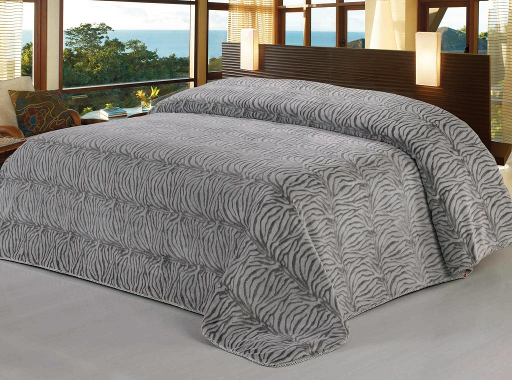 Плед SL, цвет: серый, 200 см х 220 см. 09512BH-UN0502( R)Роскошный флисовый плед SL гармонично впишется в интерьер вашего дома и создаст атмосферу уюта и комфорта. Плед выполнен из высококачественного флиса и оформлен изящным принтом под зебру. Флис - мягкий, теплый, приятный на ощупь материал с бархатистой текстурой, который обладает высокой износостойкостью и долговечностью. Такой плед согреет в прохладную погоду и будет превосходно дополнять интерьер вашей спальни. Высочайшее качество материала гарантирует безопасность не только взрослых, но и самых маленьких членов семьи.Плед поможет подчеркнуть любой стиль интерьера, задать ему нужный тон - от игривого до ностальгического. Плед - это такой подарок, который будет всегда актуален, особенно для ваших родных и близких, ведь вы дарите им частичку своего тепла! Soft Line предлагает широкий ассортимент высококачественного домашнего текстиля разных направлений и стилей. Это и постельное белье из тканей различных фактур и орнаментов, а также мягкие теплые пледы, красивые покрывала, воздушные банные халаты, текстиль для гостиниц и домов отдыха, практичные наматрасники, изысканные шторы, полотенца и разнообразное столовое белье. Soft Line - это ваш путеводитель по мягкому миру текстиля, полному удивительных достопримечательностей.