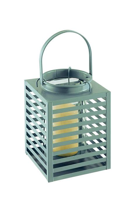 Подсвечник Gardman Orion, цвет: зеленый, 14 см х 19 смU210DFДекоративный подсвечник Gardman Orion порадует каждого, кто его увидит. Подсвечник выполнен из металла в виде прямоугольной корзины, оснащенной внутри стеклянной емкостью для размещения свечи. Емкость подвешивается на специальные крючки за край подсвечника. Изделие оснащено металлической ручкой. Теплое мерцание пламени свечи подарит вам настроение волшебства и торжественности. Создайте в своем доме атмосферу уюта, преображая интерьер стильными, радующими глаза предметами. Размер подсвечника: 14 см х 14 см х 19 см.Высота емкости для свечи: 10 см.Диаметр емкости для свечи (по верхнему краю): 9 см.Высота ручки: 11 см.