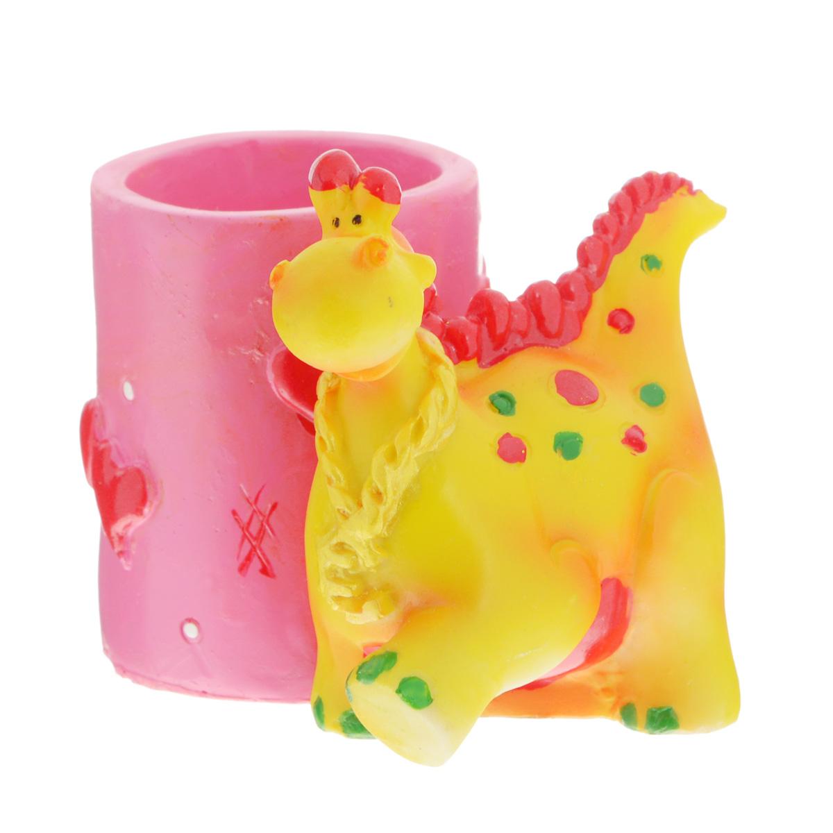 """Оригинальная подставка под ручки Lunten Ranta """"Пятнистый дракончик. Круг"""" выполнена из полирезины в виде композиции из забавного дракончика и стакана, декорированного сердечками. Такая подставка оригинально украсит стол и станет замечательным сувениром."""