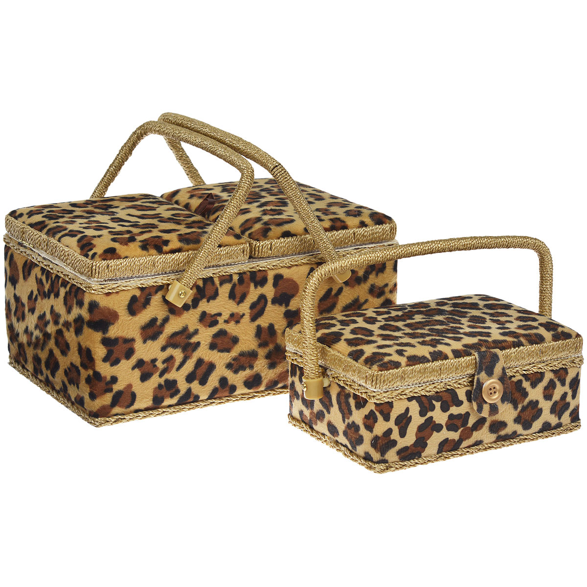 Шкатулка для рукоделия Леопард + Вторая шкатулка в подарок139558Набор Леопард состоит из двух прямоугольных шкатулок для рукоделия. Изделия выполнены из МДФ и обтянуты плюшевым текстилем с принтом под леопарда. Большая шкатулка закрывается двумя крышками, внутри содержатся две подушечки для игл и съемный пластиковый поддон с 4 отделениями. Маленькая шкатулка закрывается хлястиком на липучку. Изделия оснащены удобными плетеными ручками. Изящные шкатулки с ярким дизайном предназначены для хранения мелочей, принадлежностей для шитья и творчества и других аксессуаров. Они красиво оформят интерьер комнаты и помогут хранить ваши вещи в порядке. Прекрасный подарок для рукодельницы. Размер большой шкатулки: 31 см х 21 см х 15 см. Размер маленькой шкатулки: 21 см х 15 см х 9 см.