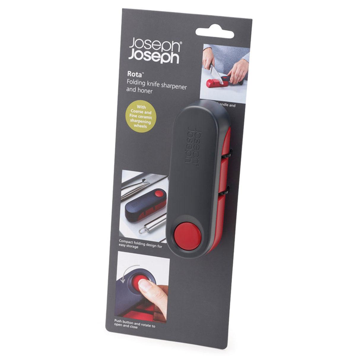 Ножеточка Joseph Joseph Rota, цвет: темно-серый, красный391602Ножеточка Joseph Joseph Rota изготовлена из высококачественного пластика. Уникальный дизайн ножеточки Joseph Joseph Rota с вращающейся крышкой помогает выполнить сразу две функции: во-первых, открыв ножеточку, вы сразу обеспечиваете себя удобной ручкой, которая позволяет плотно прижать ее к столешнице. А во-вторых, после заточки ножа, инструмент аккуратно складывается, что экономит место в вашем кухонном ящике. Ножеточка имеет две прорези (с крупнозернистой и мелкой заточкой), которые позволяют точно и тонко наточить ножи разного формата. Нескользящее основание добавляет устойчивости при работе. Ножеточка Joseph Joseph Rota станет незаменимой на вашей кухне. Длина ножеточки (в развернутом виде): 19,5 см. Ширина ножеточки: 4 см. Высота ножеточки: 4 см.