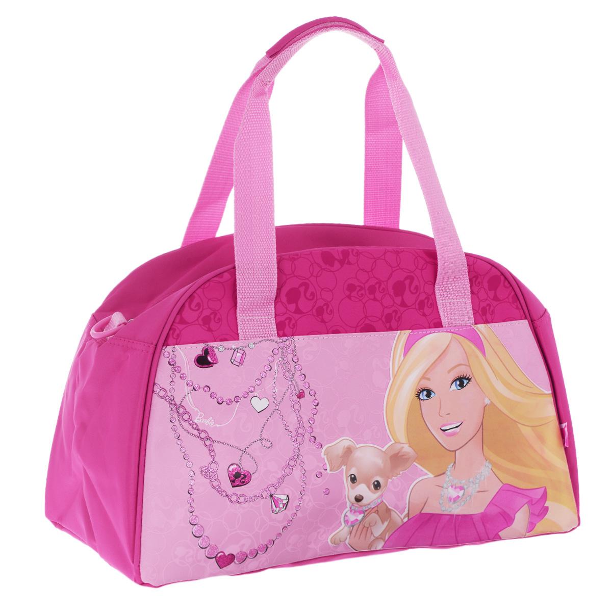Barbie Сумка спортивная детская цвет розовый35178Детская спортивная сумка Barbie придется по вкусу любой активной девочке, посещающейспортзал или спортивные секции.Сумка изготовлена из высококачественного износостойкого полиэстера и оформлена оригинальным принтом и глянцевым изображением знаменитой красавицы Барби с очаровательным щенком. Сумка состоит из одного вместительного отделения, закрывается на застежку-молнию. Внутри располагается небольшой накладной карман на застежке-молнии. Язычок молнии выполнен в виде розовой туфельки.Сумка имеет удобные ручки для переноски, а также съемный плечевой ремень, регулирующийся по длине. Сумка очень просторная, в ней без труда поместится спортивная форма или сменная одежда.Спортивная сумка - незаменимый аксессуар для юной спортсменки, который сочетает в себе практичность и модный дизайн. Красочная сумка сделает посещение спортивных секций не только приятным, но и модным занятием. Порадуйте свою малышку таким замечательным подарком!
