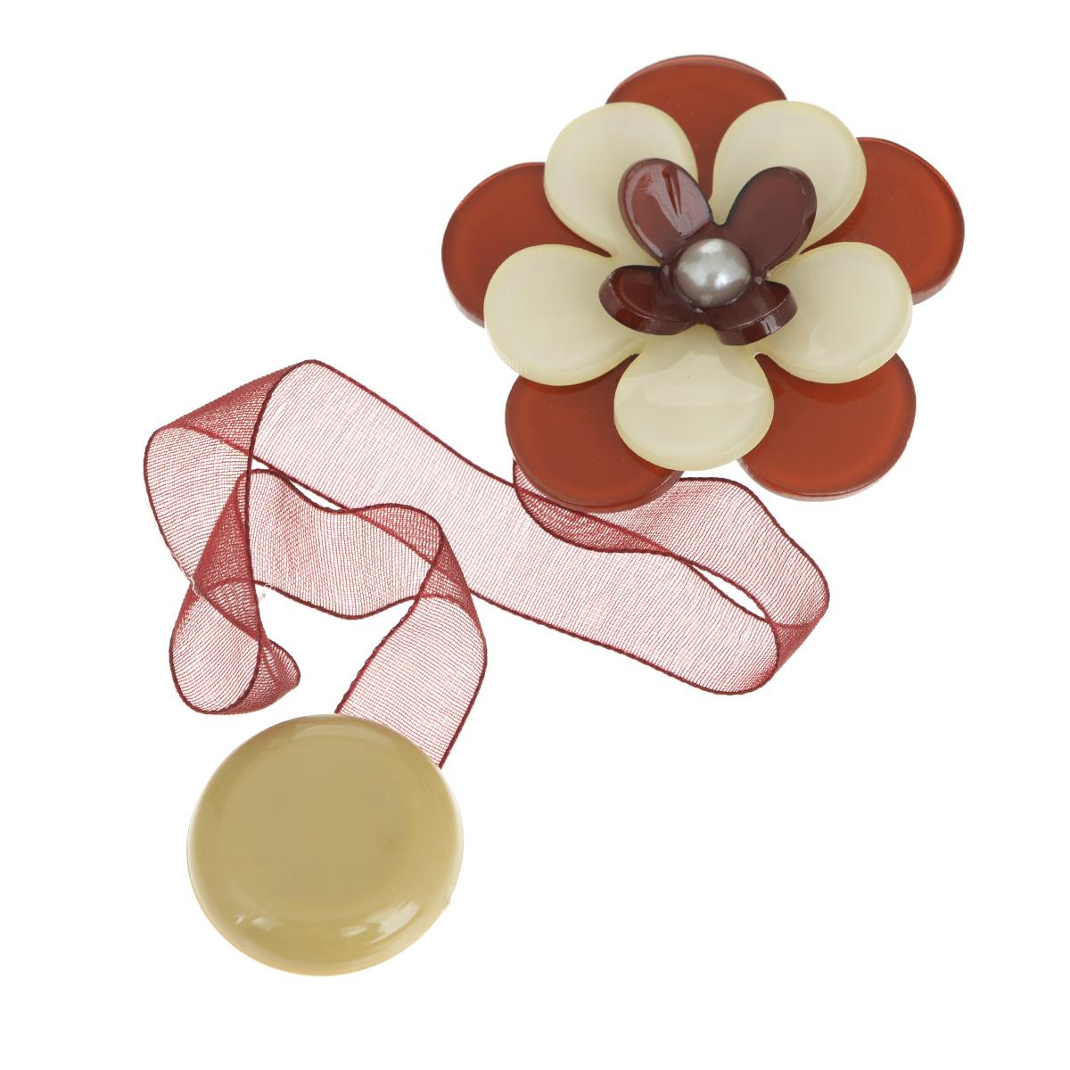 Клипса-магнит для штор Calamita Fiore, цвет: бордовый, бежевый. 7704013_6331004900000360Клипса-магнит Calamita Fiore, изготовленная из пластика и полиэстера, предназначена для придания формы шторам. Изделие представляет собой два магнита, расположенные на разных концах текстильной ленты. Один из магнитов оформлен декоративным цветком. С помощью такой магнитной клипсы можно зафиксировать портьеры, придать им требуемое положение, сделать складки симметричными или приблизить портьеры, скрепить их. Клипсы для штор являются универсальным изделием, которое превосходно подойдет как для штор в детской комнате, так и для штор в гостиной. Следует отметить, что клипсы для штор выполняют не только практическую функцию, но также являются одной из основных деталей декора, которая придает шторам восхитительный, стильный внешний вид.Диаметр декоративного цветка: 5 см.Длина ленты: 28 см.