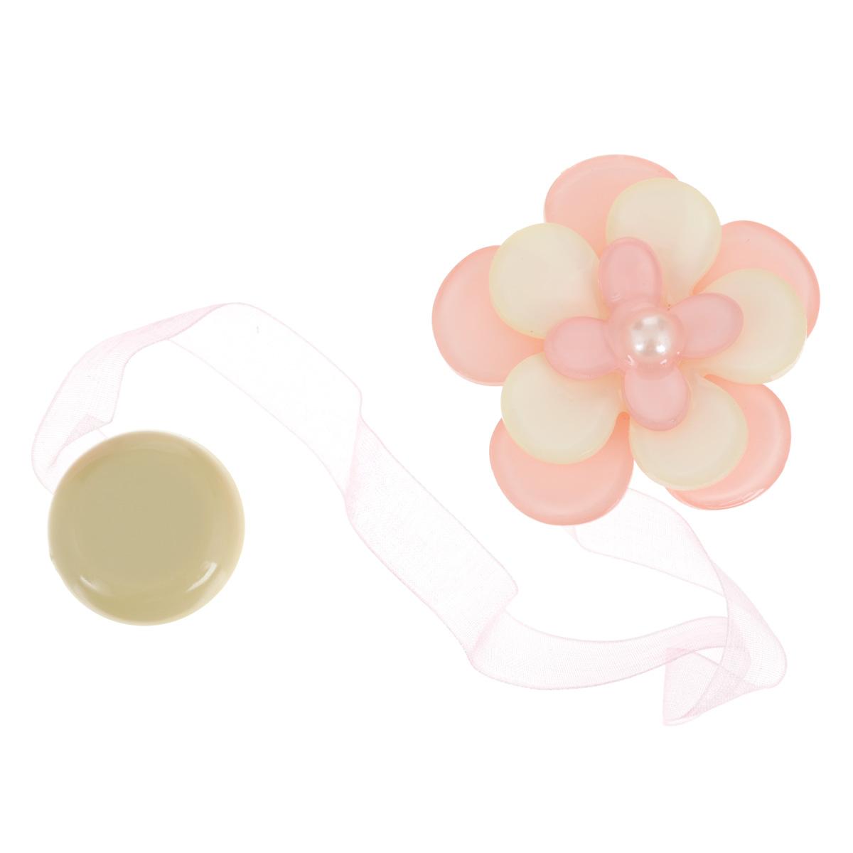 Клипса-магнит для штор Calamita Fiore, цвет: бледно-розовый, бежевый. 7704013_5511004900000360Клипса-магнит Calamita Fiore, изготовленная из пластика и полиэстера, предназначена для придания формы шторам. Изделие представляет собой два магнита, расположенные на разных концах текстильной ленты. Один из магнитов оформлен декоративным цветком. С помощью такой магнитной клипсы можно зафиксировать портьеры, придать им требуемое положение, сделать складки симметричными или приблизить портьеры, скрепить их. Клипсы для штор являются универсальным изделием, которое превосходно подойдет как для штор в детской комнате, так и для штор в гостиной. Следует отметить, что клипсы для штор выполняют не только практическую функцию, но также являются одной из основных деталей декора, которая придает шторам восхитительный, стильный внешний вид.Диаметр декоративного цветка: 5 см.Длина ленты: 28 см.