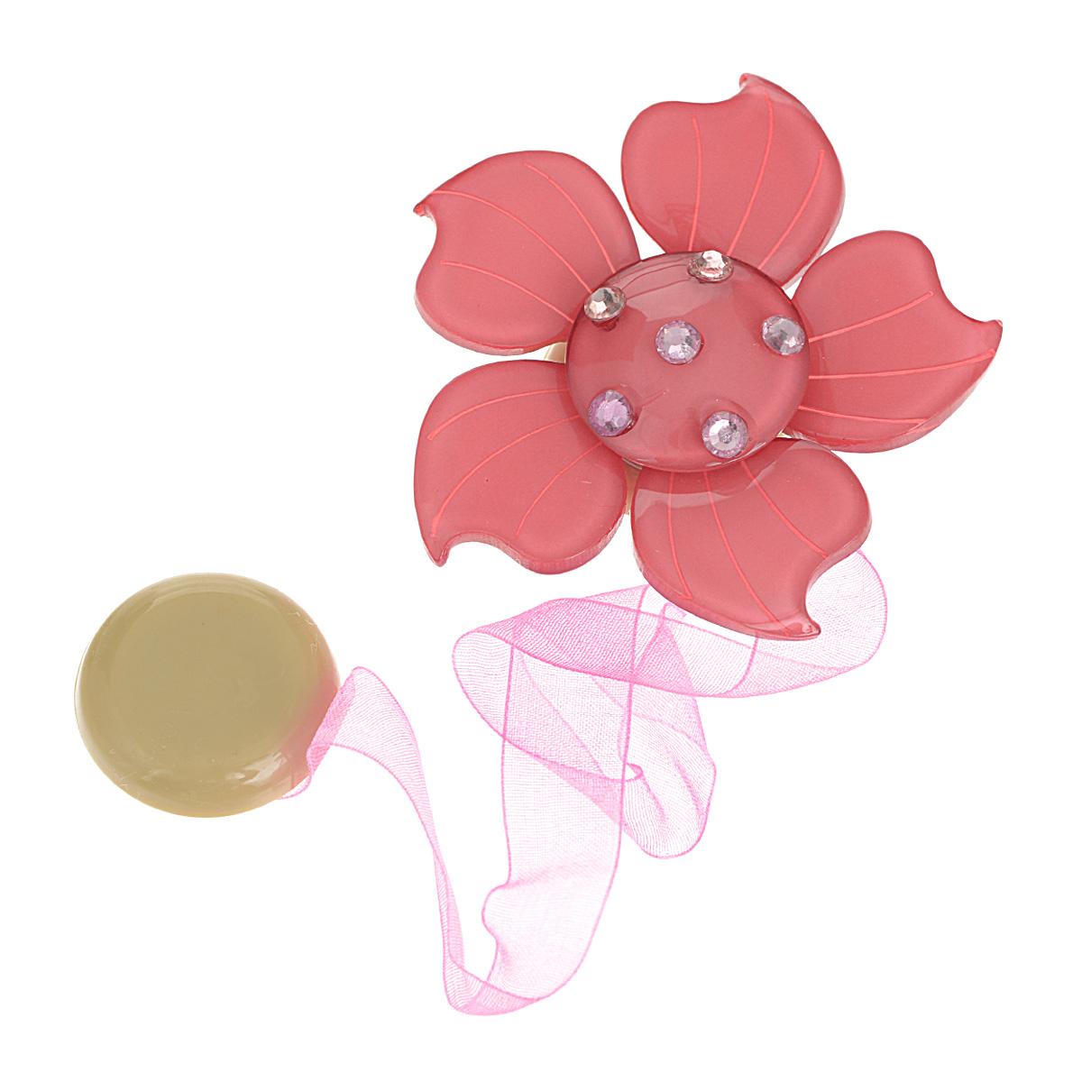 Клипса-магнит для штор Calamita Fiore, цвет: темно-розовый. 7704007_5531004900000360Клипса-магнит Calamita Fiore, изготовленная из пластика и текстиля, предназначена для придания формы шторам. Изделие представляет собой два магнита, расположенные на разных концах текстильной ленты. Один из магнитов оформлен декоративным цветком и украшен стразами. С помощью такой магнитной клипсы можно зафиксировать портьеры, придать им требуемое положение, сделать складки симметричными или приблизить портьеры, скрепить их. Клипсы для штор являются универсальным изделием, которое превосходно подойдет как для штор в детской комнате, так и для штор в гостиной. Следует отметить, что клипсы для штор выполняют не только практическую функцию, но также являются одной из основных деталей декора этого изделия, которая придает шторам восхитительный, стильный внешний вид. Материал: пластик, полиэстер, магнит.Диаметр декоративного цветка: 6 см.Диаметр магнита: 2,5 см.Длина ленты: 28 см.