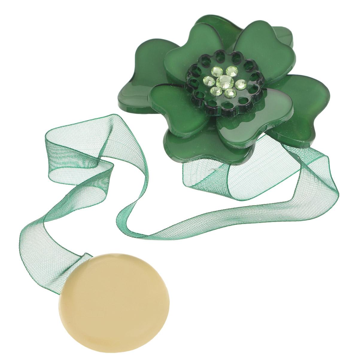 Клипса-магнит для штор Calamita Fiore, цвет: бутылочный. 7704008_6301004900000360Клипса-магнит Calamita Fiore, изготовленная из пластика и текстиля, предназначена для придания формы шторам. Изделие представляет собой два магнита, расположенные на разных концах текстильной ленты. Один из магнитов оформлен декоративным цветком и украшен стразами. С помощью такой магнитной клипсы можно зафиксировать портьеры, придать им требуемое положение, сделать складки симметричными или приблизить портьеры, скрепить их. Клипсы для штор являются универсальным изделием, которое превосходно подойдет как для штор в детской комнате, так и для штор в гостиной. Следует отметить, что клипсы для штор выполняют не только практическую функцию, но также являются одной из основных деталей декора этого изделия, которая придает шторам восхитительный, стильный внешний вид. Материал: пластик, полиэстер, магнит.Диаметр декоративного цветка: 5 см.Диаметр магнита: 2,5 см.Длина ленты: 28 см.