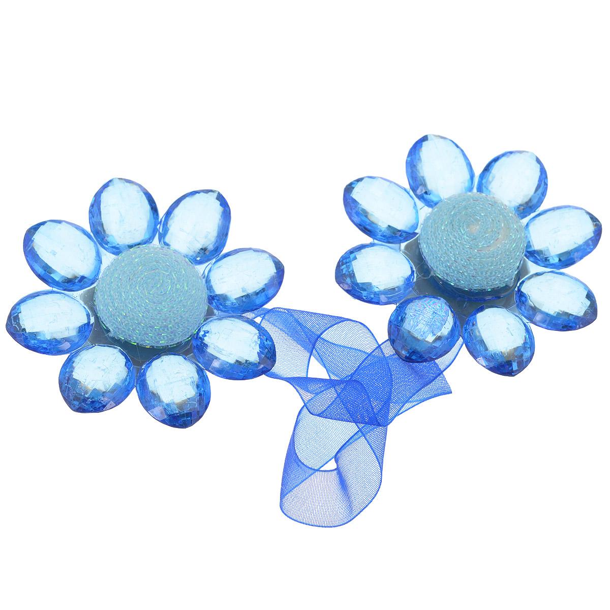 Клипса-магнит для штор Calamita Fiore, цвет: синий. 7704016_792GC020/00Клипса-магнит Calamita Fiore, изготовленная из пластика и текстиля, предназначена для придания формы шторам. Изделие представляет собой два магнита, расположенные на разных концах текстильной ленты. Магниты оформлены декоративными цветками. С помощью такой магнитной клипсы можно зафиксировать портьеры, придать им требуемое положение, сделать складки симметричными или приблизить портьеры, скрепить их. Клипсы для штор являются универсальным изделием, которое превосходно подойдет как для штор в детской комнате, так и для штор в гостиной. Следует отметить, что клипсы для штор выполняют не только практическую функцию, но также являются одной из основных деталей декора этого изделия, которая придает шторам восхитительный, стильный внешний вид. Материал: пластик, полиэстер, магнит.Диаметр декоративного цветка: 5,5 см.Длина ленты: 28 см.