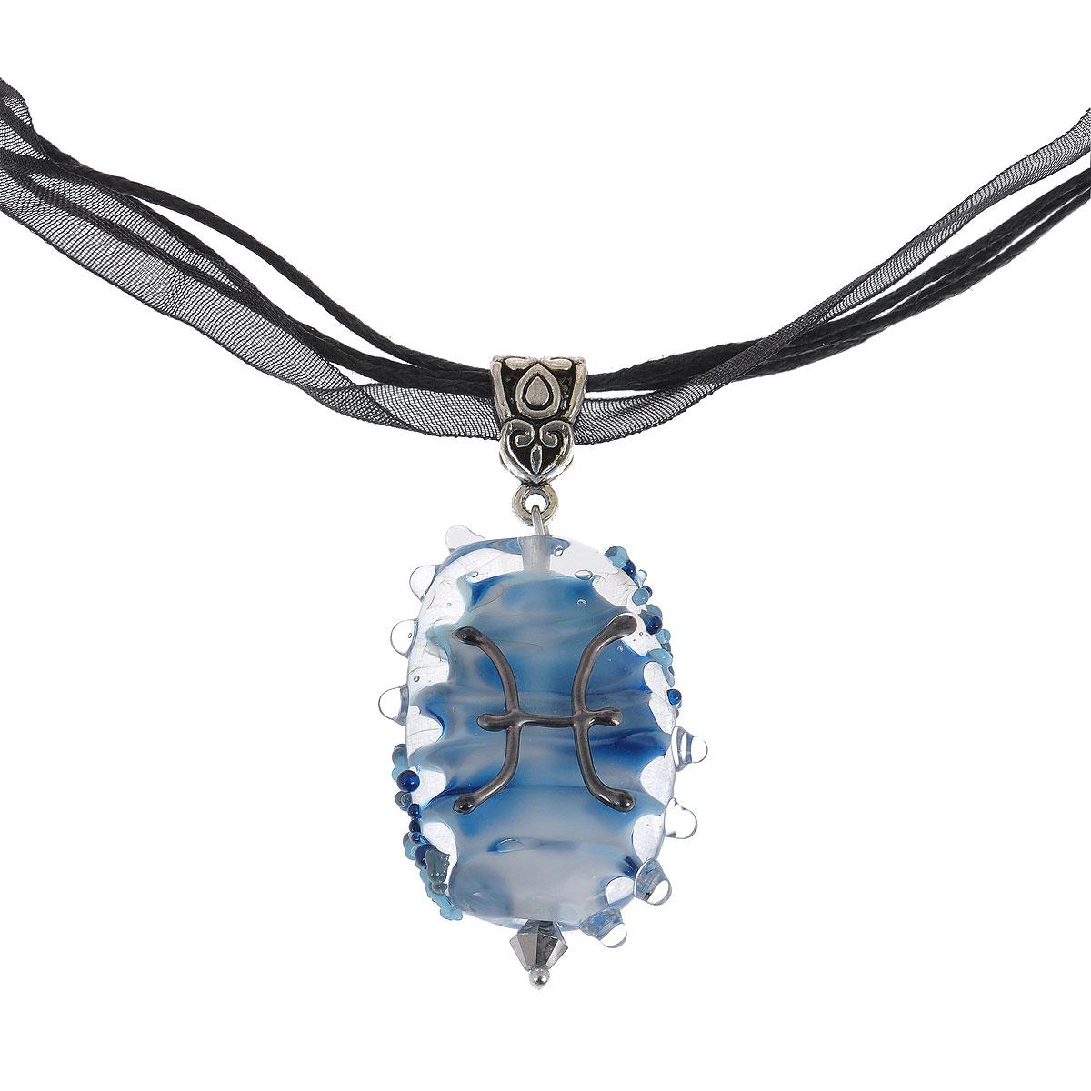 OZON.ruБрошь-кулонВысота кулона 4 см, ширина 2,5 см.Материал: Стекло, металл, кристаллы.Цвет: Черный, Голубой, белый, синий.Элегантный кулон со знаком Зодиака Рыбы. Стихия воды, кулон выполнен в темно-голубом цвете, знак Зодиака обозначен черным. Рожденная под знаком Рыб - очень чувствительна, ее творческая натура делает ее замечательной партнершей. Она умеет сделать мир вокруг себя красивым. Она живет на пределе, ее поведение способно кого угодно свести с ума.Это украшение - дань ее неустрашимости, желанию перемен и убийственной тяги творить.УВАЖАЕМЫЕ КЛИЕНТЫ!Каждое украшение выполнено вручную и потому уникально. Ваше украшение может несколько отличаться в деталях от представленного на фотографии. Общий вид украшения сохраняется.