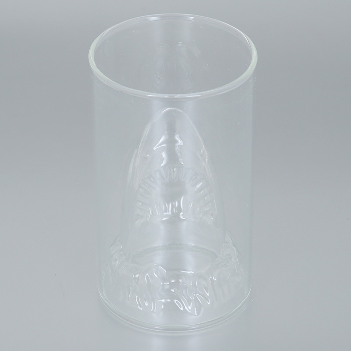 Бокал Эврика Акула, 350 мл96307Необычный стакан для холодных напитков Эврика Акула, дно которого приняло форму акульей головы, создает красивую морскую иллюзию каждый раз, когда вы наливаете в него жидкость. Прозрачные разноцветные коктейли в таком бокале будут выглядеть очень оригинально.Отличный выбор для морской или пиратской вечеринки! Высота бокала: 13 см. Диаметр бокала: 7,5 см.