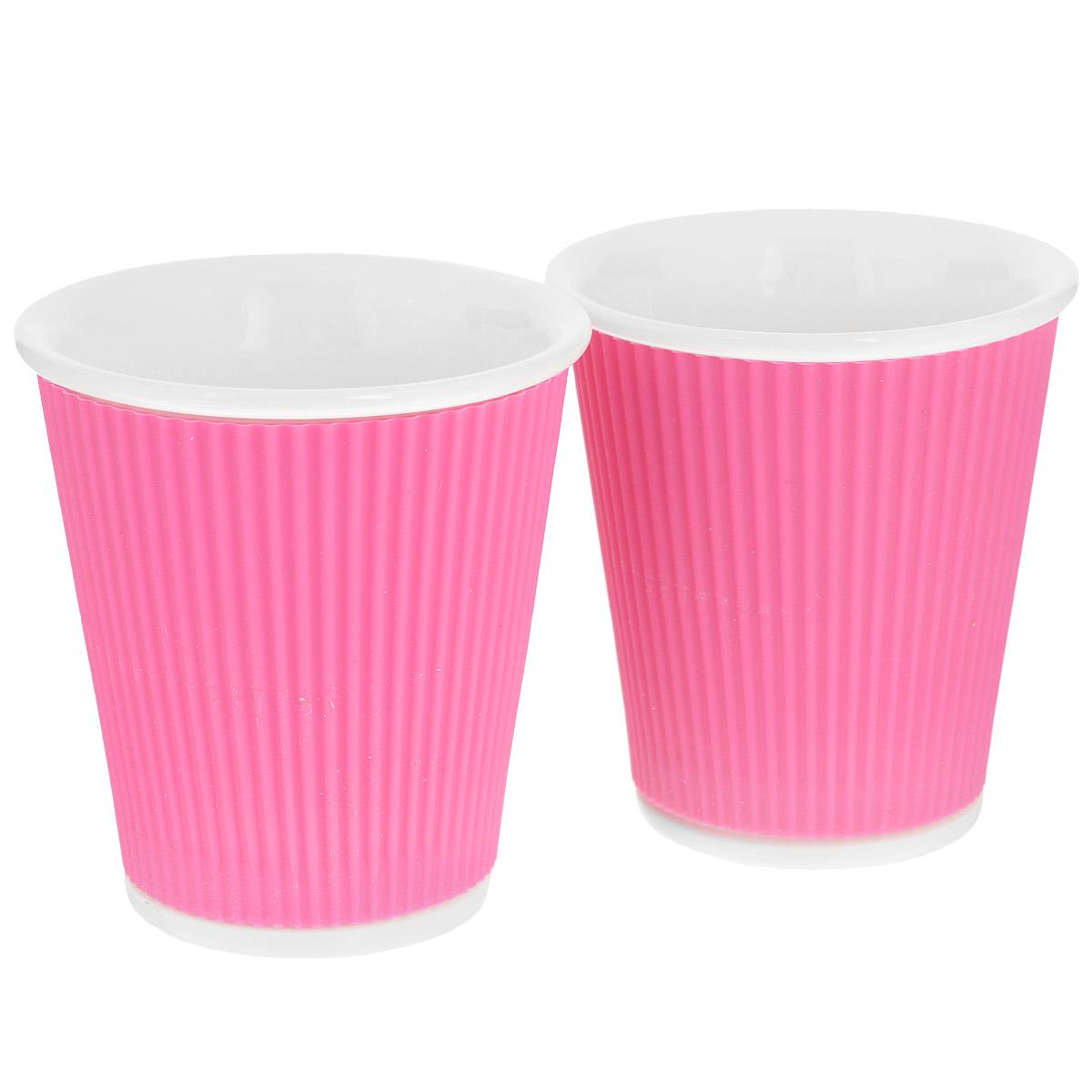 Набор чашек Les Artistes-Paris Ondules, цвет: розовый, 180 мл, 2 штVT-1520(SR)Набор Les Artistes-Paris Ondules состоит из двух чашек, выполненных из фарфора в виде бумажных стаканчиков. Силиконовое покрытие с внешней стороны позволяет удобно использовать чашку и не обжечь руки. Материал изделий не содержит кадмия и свинца, поэтому абсолютно безопасен для здоровья. Чашки выдерживают высокие перепады температур от -35°С до +300°С, они невероятно прочны и устойчивы к появлению царапин. Набор яркого необычного дизайна позволит насладиться вашими любыми напитками, благодаря компактным размерам его можно взять с собой куда угодно. Прекрасный подарок для друзей и близких. Можно использовать в микроволновке, ставить в холодильник и мыть в посудомоечной машине.Объем чашки: 180 мл. Диаметр (по верхнему краю): 8 см. Высота чашки: 8,5 см.