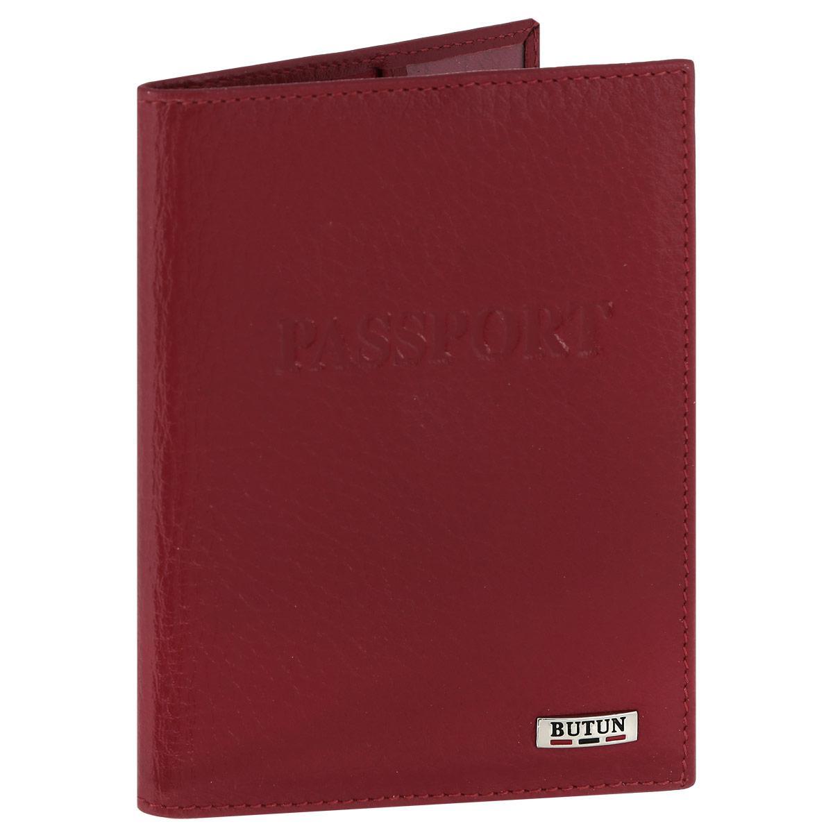 Обложка для паспорта Butun, цвет: красный. 147-004 006INT-06501Обложка для паспорта Butun выполнена из натуральной высококачественной кожи с фактурным тиснением. Документы надежно фиксируются при помощи двух прозрачных клапанов, расположенных на внутреннем развороте обложки. Обложка оформлена тисненой надпись Passport.Обложка не только поможет сохранить внешний вид ваших документов и защитит их от повреждений, но и станет ярким аксессуаром, который подчеркнет ваш образ. Обложка упакована в фирменную картонную коробку.