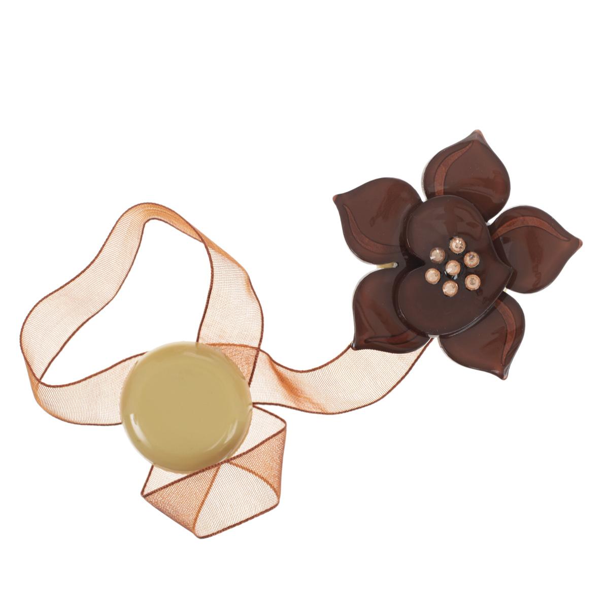 Клипса-магнит для штор Calamita Fiore, цвет: оливковый (А700). 7704006_700CLP446Клипса-магнит Calamita Fiore, изготовленная из пластика и текстиля, предназначена для придания формы шторам. Изделие представляет собой два магнита, расположенные на разных концах текстильной ленты. Один из магнитов оформлен декоративным цветком, украшенным стразами. С помощью такой магнитной клипсы можно зафиксировать портьеры, придать им требуемое положение, сделать складки симметричными или приблизить портьеры, скрепить их. Клипсы для штор являются универсальным изделием, которое превосходно подойдет как для штор в детской комнате, так и для штор в гостиной. Следует отметить, что клипсы для штор выполняют не только практическую функцию, но также являются одной из основных деталей декора этого изделия, которая придает шторам восхитительный, стильный внешний вид. Диаметр декоративного цветка: 5 см.Диаметр магнита: 2,5 см.Длина ленты: 27 см.