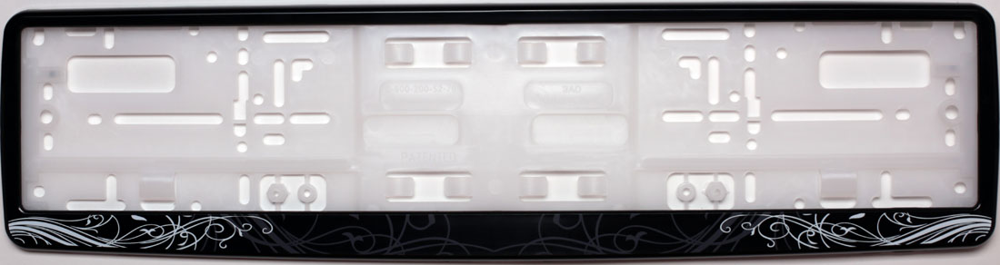 Рамка под номер АР-ДекоKGB GX-5RSРамка АР-Деко не только закрепит регистрационный знак на вашем автомобиле, но и красиво его оформит. Основание рамки выполнено из полипропилена, материал лицевой панели - пластик.Она предназначена для крепления регистрационного знака российского и европейского образца, декорирована орнаментом. Устанавливается на все типы автомобилей. Крепления в комплект не входят.Стильный дизайн идеально впишется в экстерьер вашего автомобиля.Размер рамки: 53,5 см х 13,5 см. Размер регистрационного знака: 52,5 см х 11,5 см.