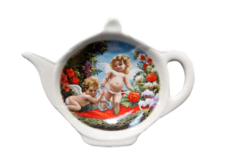 Подставка для чайных пакетиков GiftnHome Ангел25940Подставка для чайных пакетиков GiftnHome Ангел, изготовленная из фарфора, порадует вас оригинальностью и дизайном. Подставка выполнена в форме чайничка и декорирована изображением двух милых ангелочков.Подставка, несомненно, понравится любой хозяйке, а кухонный стол всегда будет чистым, без нежелательных разводов от чайных пакетиков.Размер подставки: 11,5 см х 8,5 см х 2 см.