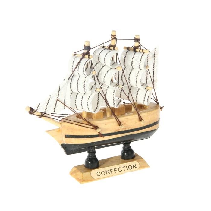 Корабль сувенирный Confection, длина 10 см. 805883827791Сувенирный корабль Confection, изготовленный из дерева и текстиля, это великолепный элемент декора рабочей зоны в офисе или кабинете. Корабль с парусами помещен на деревянную подставку. Время идет, и мы становимся свидетелями развития технического прогресса, новых учений и практик. Но одно не подвластно времени - это любовь человека к морю и кораблям. Сувенирный корабль наполнен историей и силой океанских вод. Данная модель кораблика станет отличным подарком для всех любителей морей, поклонников историй о покорении океанов и неизведанных земель. Модель корабля - подарок со смыслом. Издавна на Руси считалось, что корабли приносят удачу и везение. Поэтому их изображения, фигурки и точные копии всегда присутствовали в помещениях. Удивите себя и своих близких необычным презентом.