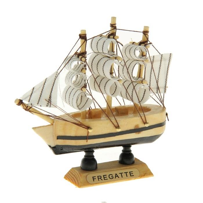 Корабль сувенирный Fregatte, длина 10 см. 80588612723Сувенирный корабль Fregatte, изготовленный из дерева и текстиля, это великолепный элемент декора рабочей зоны в офисе или кабинете. Корабль с парусами помещен на деревянную подставку. Время идет, и мы становимся свидетелями развития технического прогресса, новых учений и практик. Но одно не подвластно времени - это любовь человека к морю и кораблям. Сувенирный корабль наполнен историей и силой океанских вод. Данная модель кораблика станет отличным подарком для всех любителей морей, поклонников историй о покорении океанов и неизведанных земель. Модель корабля - подарок со смыслом. Издавна на Руси считалось, что корабли приносят удачу и везение. Поэтому их изображения, фигурки и точные копии всегда присутствовали в помещениях. Удивите себя и своих близких необычным презентом.