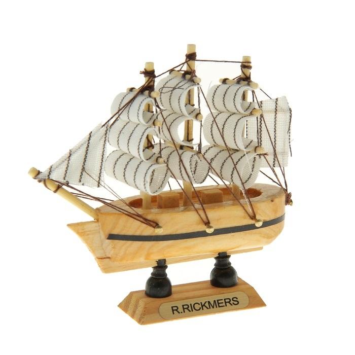 Корабль сувенирный R. Rickmers, длина 10 см. 805887THN132NСувенирный корабль R. Rickmers, изготовленный из дерева и текстиля, это великолепный элемент декора рабочей зоны в офисе или кабинете. Корабль с парусами помещен на деревянную подставку. Время идет, и мы становимся свидетелями развития технического прогресса, новых учений и практик. Но одно не подвластно времени - это любовь человека к морю и кораблям. Сувенирный корабль наполнен историей и силой океанских вод. Данная модель кораблика станет отличным подарком для всех любителей морей, поклонников историй о покорении океанов и неизведанных земель. Модель корабля - подарок со смыслом. Издавна на Руси считалось, что корабли приносят удачу и везение. Поэтому их изображения, фигурки и точные копии всегда присутствовали в помещениях. Удивите себя и своих близких необычным презентом.