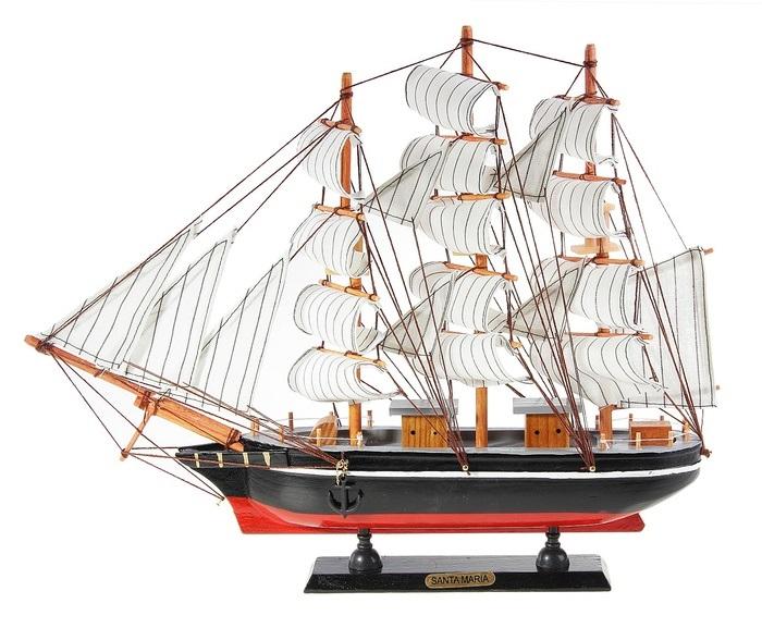 Корабль сувенирный Santa Maria, длина 40 см. 56418228907 4Сувенирный корабль Santa Maria, изготовленный из дерева и текстиля, это великолепный элемент декора рабочей зоны в офисе или кабинете. Корабль с парусами и якорями помещен на деревянную подставку. Время идет, и мы становимся свидетелями развития технического прогресса, новых учений и практик. Но одно не подвластно времени - это любовь человека к морю и кораблям. Сувенирный корабль наполнен историей и силой океанских вод. Данная модель кораблика станет отличным подарком для всех любителей морей, поклонников историй о покорении океанов и неизведанных земель. Модель корабля - подарок со смыслом. Издавна на Руси считалось, что корабли приносят удачу и везение. Поэтому их изображения, фигурки и точные копии всегда присутствовали в помещениях. Удивите себя и своих близких необычным презентом.