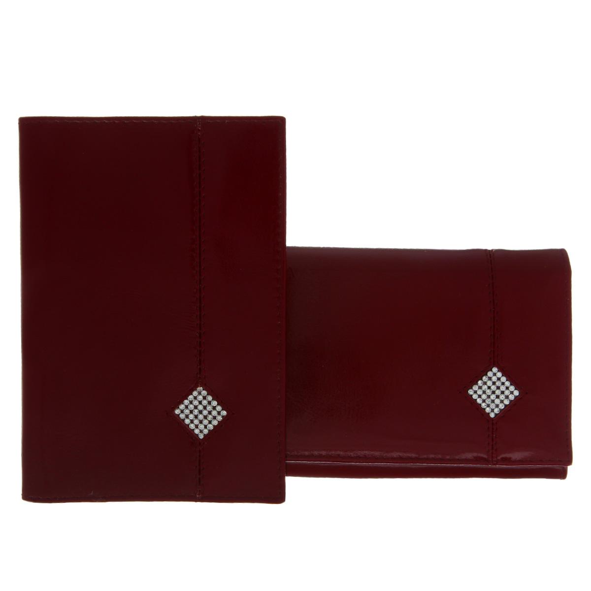 Подарочный набор Dimanche Гранат: обложка для паспорта, портмоне, цвет: бордовый. 200/701-022_516Изысканный набор Dimanche Гранат состоит из обложки для паспорта и портмоне. Обе модели изготовлены из высококачественной натуральной кожи и украшены спереди декоративным элементом в форме ромба, исполненным из страз. Обложка для паспорта содержит два прозрачных пластиковых кармана, которые обеспечивают надежную фиксацию документа. Модель с внутренней стороны отделана атласным текстилем. Портмоне закрывается широким клапаном на кнопку. Внутри - три отделения для купюр, отсек для мелочи на застежке-молнии, два горизонтальных кармана для бумаг и чеков, восемь прорезей для визиток и кредитных карт (одна - с окошком из прозрачного пластика). Обратная сторона изделия дополнена открытым карманом. Оба изделия упакованы в стильные подарочные коробки. Роскошный набор Dimanche Гранат подчеркнет вашу индивидуальность и безупречный вкус, а также станет замечательным подарком человеку, ценящему качественные и практичные вещи.
