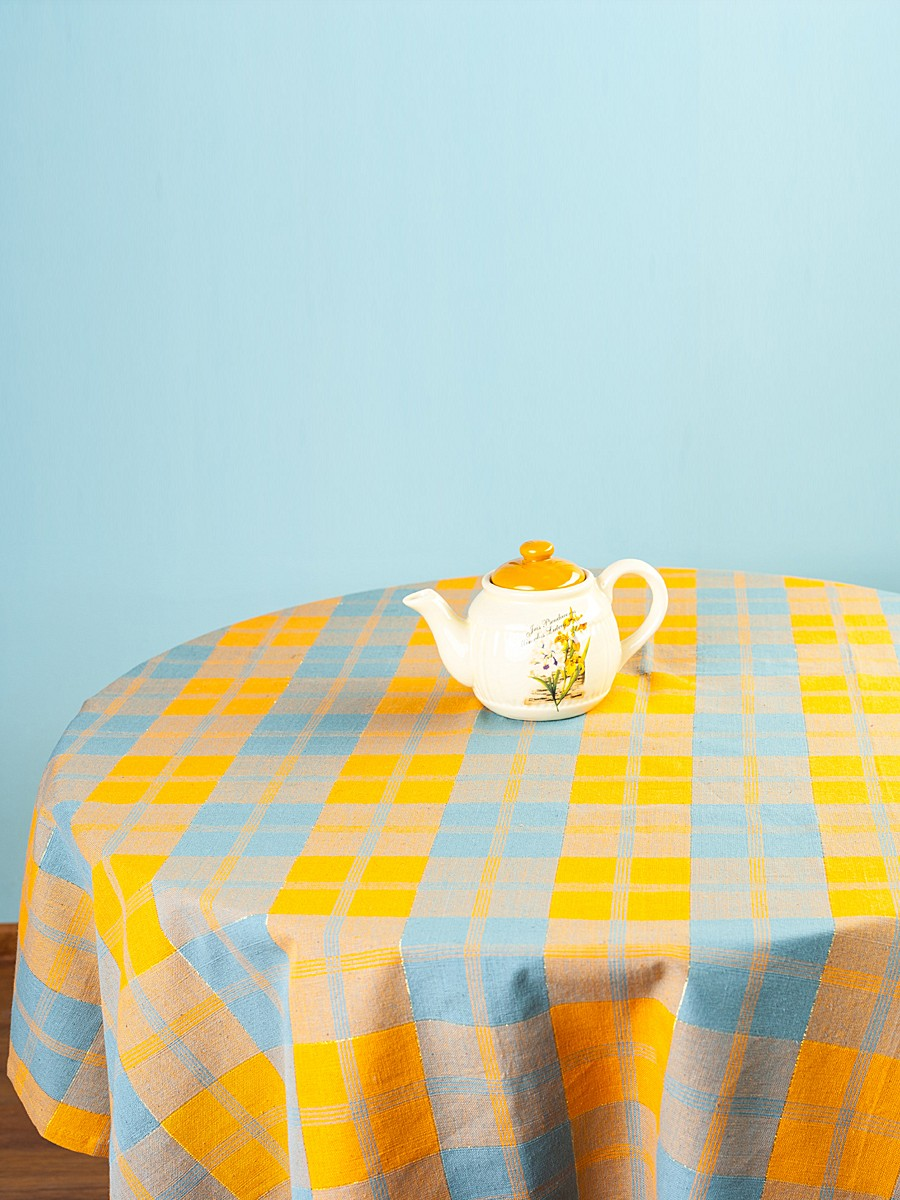 Скатерть Arloni Классик, прямоугольная, цвет: миндаль, 150x 220 смK100Скатерть Arloni Классик изготовлена из натурального хлопка с добавлением люрекса. Изделие оформлено принтом в клетку, что прекрасно подходит для интерьера кухни дома или на даче. Хлопковые скатерти универсальны. Подходят для каждодневного использования. Прочные и легко стираются. Скатерть Arloni Классик - классический вариант, выполненный в идеально подобранной цветовой гамме, который прекрасно дополнит и придаст законченный вариант оформления вашей гостиной или кухни. Рекомендуется ручная стирка.