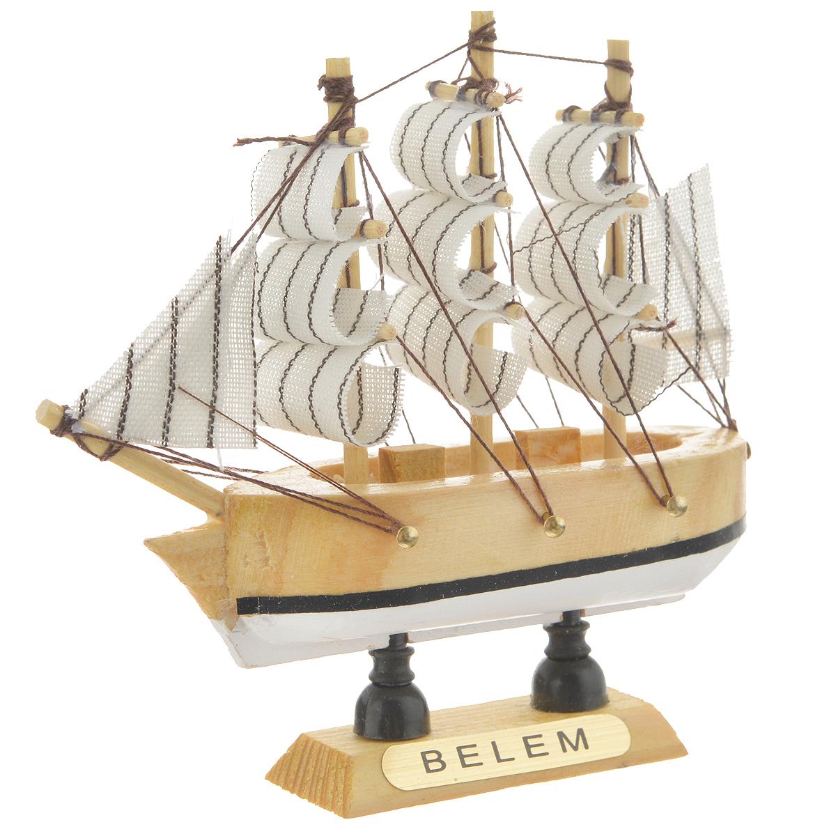 Корабль сувенирный Belem, длина 10 см41619Сувенирный корабль Belem, изготовленный из дерева и текстиля, это великолепный элемент декора рабочей зоны в офисе или кабинете. Корабль с парусами помещен на деревянную подставку. Время идет, и мы становимся свидетелями развития технического прогресса, новых учений и практик. Но одно не подвластно времени - это любовь человека к морю и кораблям. Сувенирный корабль наполнен историей и силой океанских вод. Данная модель кораблика станет отличным подарком для всех любителей морей, поклонников историй о покорении океанов и неизведанных земель. Модель корабля - подарок со смыслом. Издавна на Руси считалось, что корабли приносят удачу и везение. Поэтому их изображения, фигурки и точные копии всегда присутствовали в помещениях. Удивите себя и своих близких необычным презентом.