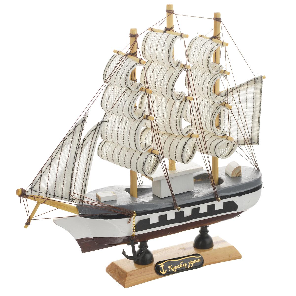 Корабль сувенирный Корабль удачи, длина 20 см. 40482941619Сувенирный корабль Корабль удачи, изготовленный из дерева и текстиля, это великолепный элемент декора рабочей зоны в офисе или кабинете. Корабль с парусами и якорями помещен на деревянную подставку. Время идет, и мы становимся свидетелями развития технического прогресса, новых учений и практик. Но одно не подвластно времени - это любовь человека к морю и кораблям. Сувенирный корабль наполнен историей и силой океанских вод. Данная модель кораблика станет отличным подарком для всех любителей морей, поклонников историй о покорении океанов и неизведанных земель. Модель корабля - подарок со смыслом. Издавна на Руси считалось, что корабли приносят удачу и везение. Поэтому их изображения, фигурки и точные копии всегда присутствовали в помещениях. Удивите себя и своих близких необычным презентом.