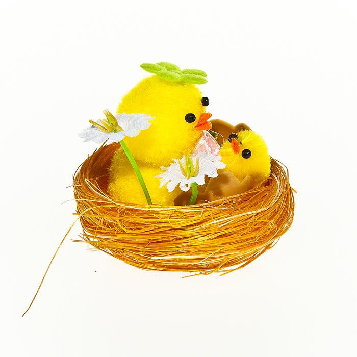 Набор декоративных украшений Home Queen Цыплята в цветах, 2 штC0038550Набор Home Queen Цыплята в цветах состоит из двух декоративных украшений, выполненных в виде композиции из гнезда, цыплят и цветов. Изделия изготовлены из полиэстера. Украшения помогут вам украсить дом, а также станут замечательным подарком для ваших близких.Размер украшения: 5,5 см х 5,5 см х 4 см.