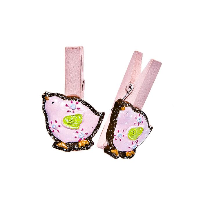 Набор декоративных прищепок Home Queen Наседка, цвет: розовый, 6 штRSP-202SНабор Home Queen Наседка состоит из шести декоративных прищепок. Прищепки выполнены из высококачественного дерева и декорированы фигурками курочек, выполненных из полирезины. Изделия используются для развешивания стикеров на веревке, маленьких игрушек, а оригинальность и веселые цвета прищепок будут радовать глаз и поднимут настроение.Длина прищепки: 4,5 см. Размер фигурки: 2,5 см х 0,5 см х 3 см.