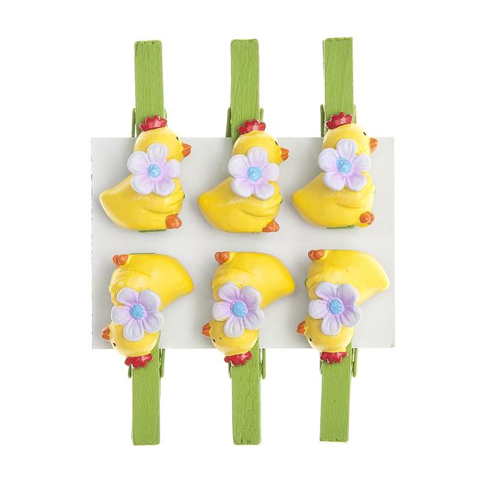 Набор декоративных прищепок Home Queen Птенчик с цветком, 6 шт64435Набор Home Queen Птенчик с цветком состоит из шести декоративных прищепок. Прищепки выполнены из высококачественного дерева и декорированы фигурками цыплят, выполненных из полирезины. Изделия используются для развешивания стикеров на веревке, маленьких игрушек, а оригинальность и веселые цвета прищепок будут радовать глаз и поднимут настроение.Длина прищепки: 4,5 см. Размер фигурки: 2,5 см х 1 см х 2 см.