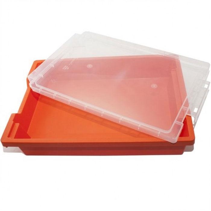 Песочница Waba Funс c крышкой, цвет: оранжевый, 43 см х 32 см х 7,5 см72523WDПрямоугольная песочница Waba Funс, изготовленная из высококачественного пластика, оснащена крышкой, которая плотно закрывает песочницу на защелки. Изделие предназначено для игры с кинетическим песком и смесью для лепки. Вам потребуется дополнительное оборудование, чтобы избежать рассыпания песка и кусочков смеси вокруг ребенка.Размер песочницы: 43 см х 32 см х 7,5 см.