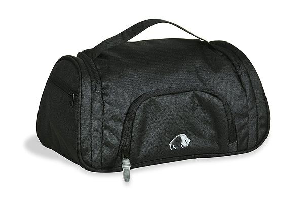 Косметичка для путешествий Tatonka Wash Bag Plus, цвет: черный. 2839.040ГризлиКосметичка Tatonka Wash Bag Plus подкупает не только своим дизайном, но и функциональными деталями - такими как, например, держатель резинок для волос, предотвращающий их долгий поиск, небьющееся зеркальце или петля для опционального подвесного крючка.Преимущества и особенности:Небьющееся зеркальце.Поворачивающийся крючок для подвешивания.Обычные карманы и сетчатый карман внутри.Держатель резинок для волос внутри.Ручка для переноса.Петля для опционального подвесного крючка.Боковой карман на молнии и сетчатый карман.Передний карман на молнии.