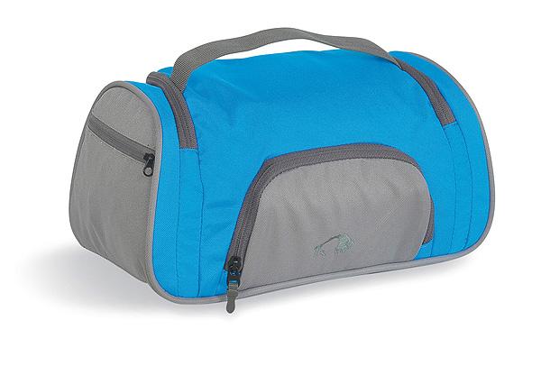 Косметичка для путешествий Tatonka Wash Bag Plus, цвет: голубой. 2839.194ГризлиКосметичка Tatonka Wash Bag Plus подкупает не только своим дизайном, но и функциональными деталями - такими как, например, держатель резинок для волос, предотвращающий их долгий поиск, небьющееся зеркальце или петля для опционального подвесного крючка.Преимущества и особенности:Небьющееся зеркальце.Поворачивающийся крючок для подвешивания.Обычные карманы и сетчатый карман внутри.Держатель резинок для волос внутри.Ручка для переноса.Петля для опционального подвесного крючка.Боковой карман на молнии и сетчатый карман.Передний карман на молнии.