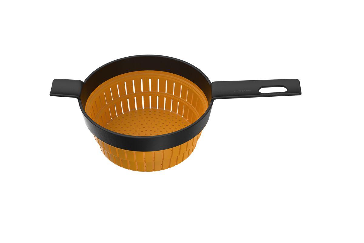 Дуршлаг Fiskars, цвет: оранжевый, черный, 36 х 20 см115610Дуршлаг Fiskars изготовлен из пластика и силикона. Силиконовая емкость с прорезями складывается вовнутрь, благодаря чему изделие можно компактно хранить. Удлиненная пластиковая ручка, оснащенная отверстием для подвешивания на крючок, очень комфортно лежит в руке.Оригинальный и удобный дуршлаг Fiskars станет достойным дополнением к вашим кухонным аксессуарам. Можно мыть в посудомоечной машине. Общий размер дуршлага (в сложенном виде): 36 см х 20 см х 4,5 см. Диаметр дуршлага (по верхнему краю): 19,5 см. Длина ручки: 13 см.