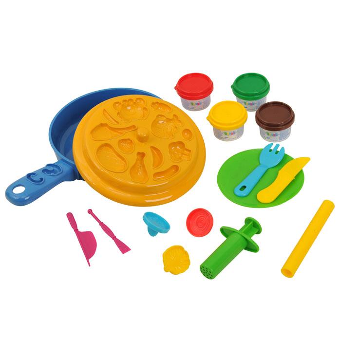 Playgo Набор для лепки Dough Chef Frying Pan72523WDНабор для лепки Playgo Dough Chef Frying Pan представляет собой сочетание моделирования и игры. Набор включает в себя: 4 баночки массы для лепки по 28 г (красный, желтый. зеленый, коричневый), 2 стека для моделирования, шприц для выдавливания, 3 пресс-формочки, 1 палитру форм, скалку, сковороду, вилку, нож, тарелку. Входящая в набор пластилиновая масса разработана специально для детей, очень мягкая, приятно пахнет, ее не надо разминать перед лепкой.Пластилин быстро высыхает, не имеет запаха, не липнет к рукам и одежде, легко смывается, а так же легко смешивается, что позволяет получать новые цвета. Оба стека, вилка и нож выполнены из пластика и не имеют острых концов, что безопасно для вашего малыша. С помощью стеков он сможет легко и быстро разрезать массу. Фигурный шприц для выдавливания поможет вашему малышу легко создать детали в форме узких палочек. С помощью пресс-формочек, палитры форм и скалки ваш ребенок сможет создать фигурки различных продуктов питания. При помощи этого набора ваш ребенок сможет своими руками изготовить аппетитные и яркие блюда.Работа с пластилином развивает мелкую моторику пальцев малыша, пространственное воображение, фантазию.