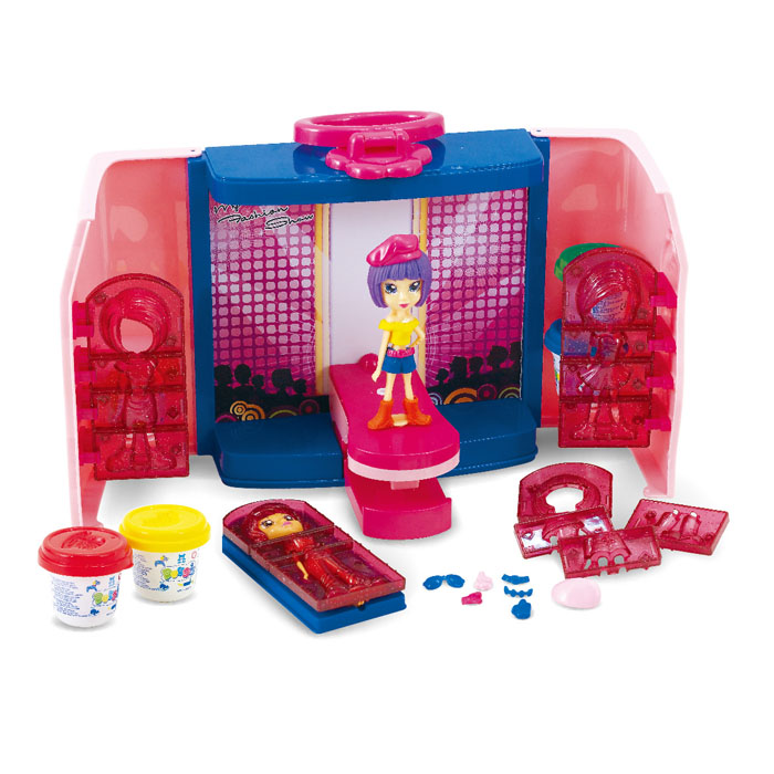 Playgo Набор для творчества с пластилином Модница32717Часто ли вы задумываетесь над вопросом - чем бы приятным и полезным увлечь малыша для того, чтобы спокойно заняться неотложными домашними хлопотами? С набором для творчества с Playgo Модница ваш ребенок может сам создавать фигурки с нарядами из пластилина, а также устраивать целые показы мод. Прически делаются следующим образом: на голову фигурки укладывается бесформенный кусок пластилина, затем фигурка с двух сторон сжимается пресс-формой или просто надевается на голову. Придавив, как следует, пресс-форму к голове, выждав некоторое время, форма разъединяется и снимается. В результате получается прическа волосок к волоску. Украсить прическу можно бантиками или ободком, сделав их самостоятельно из пластилина. Прическу из отдельных волос можно сделать, выдавив пластилин из шприца с дырочками. Для причесок можно использовать и пресс-форму от крышек баночек. Пластилин дает возможность экспериментировать не только с формой, но и с цветом. Масса для лепки легко смешивается, в результате чего получаются новые цвета. Высохшую поделку можно раскрашивать карандашами, красками и фломастерами.